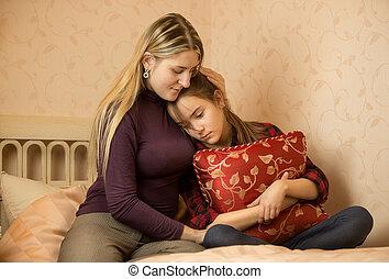 giovane, madre, abbracciare, e, solacing, adolescente,...