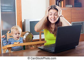 giovane, madre, lavorando casa
