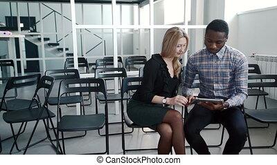 giovane, managers, comunicare, usando, tavoletta, in,...