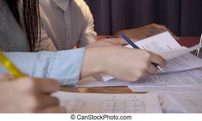 giovane, managers, scrivere, sedendo tavola, con, laptop, in, grande, company.