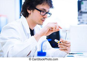 giovane, maschio, ricercatore, portante, fuori, ricerca scientifica, in, uno, laboratorio, (shallow, dof;, colorare, toned, image)