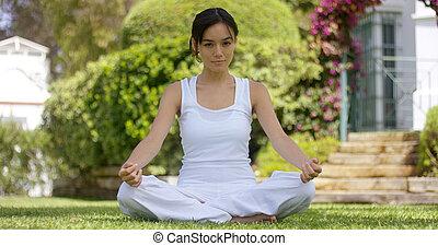 giovane, meditare, giardino, seduta