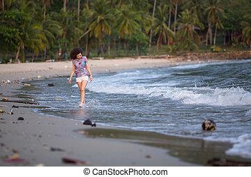 giovane, mescolato-razza, donna, camminare, lungo, uno, inquinato, tropicale, spiaggia., ambientale, problem.