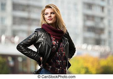 giovane, moda, biondo, donna, in, rivestimento cuoio, su, città, strada