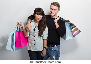 giovane, multicultural, coppia, shopping, insieme