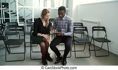 giovane, multiethnic, personale, comunicare, usando, tavoletta, in, moderno, ufficio.
