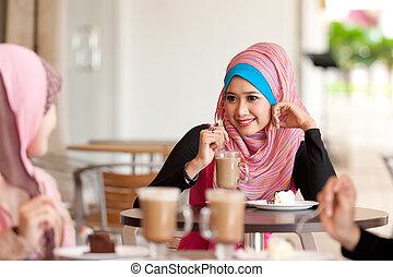 giovane, musulmano, donne, rilassato, mentre, bevanda, con, amici