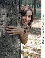 giovane, occhiate, fuori, dietro, uno, albero