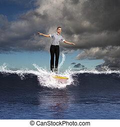 giovane, persona affari, surfing, su, il, onde