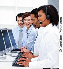 giovane, persone affari, con, cuffie, su, lavorativo, in, centro chiamata