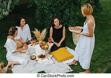 giovane, pizza, portare, tre, girlfriends., lei
