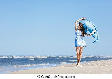 giovane ragazza, camminare, spiaggia, con, sciarpa blu