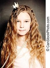giovane ragazza, moda, portrait., carino, faccia, lungo, capelli ricci, principessa, crown.