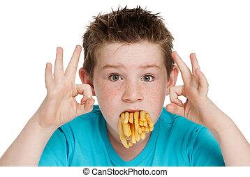 giovane ragazzo, con, bocca, pieno, di, patatine fritte