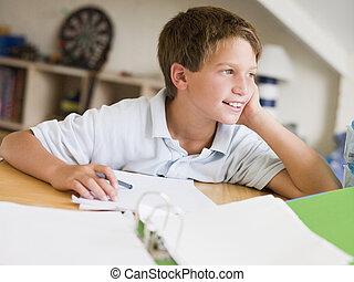 giovane ragazzo, fare, compito, in, suo, stanza