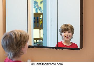 giovane ragazzo, guardando, se stesso, in, specchio