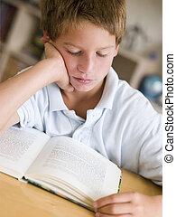 giovane ragazzo, lettura libro, in, suo, stanza
