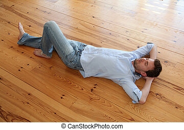 giovane, rilassante, su, pavimento legno, in, appartamento