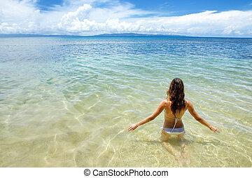giovane, seduta, in, acqua potabile, su, isola taveuni, figi