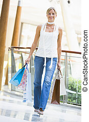 giovane, shopping, in, centro commerciale