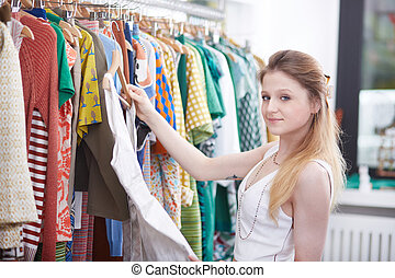 giovane, shopping, in, vestire, negozio