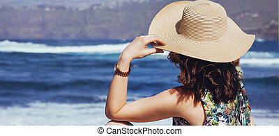 giovane signora, rimanendo, il, spiaggia