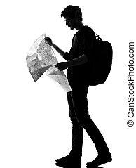 giovane, silhouette, backpacker, lettura, mappa