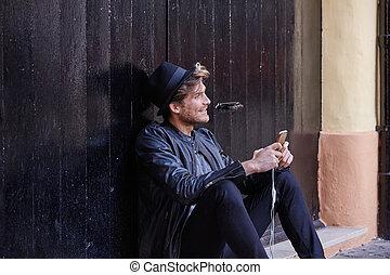 giovane, smartphone, equipaggi seduta, strada