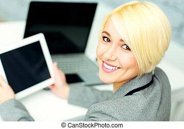giovane, sorridente, donna d'affari, seduta, a, lei, posto lavoro, in, ufficio