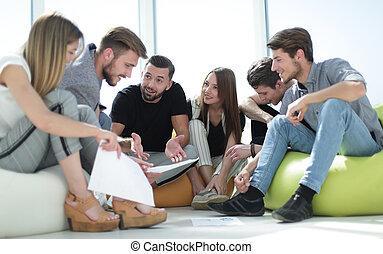 giovane, squadra affari, affari discute, piano