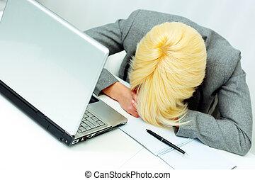 giovane, stanco, donna d'affari, in pausa, a, lei, posto lavoro, in, ufficio