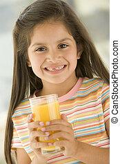 giovane, succo, dentro, bere, arancia, ragazza sorridente