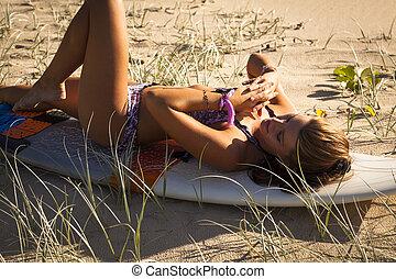 giovane, sunrise., surfboard, spiaggia, donna, sexy