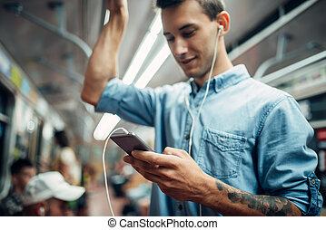 giovane, telefono, sottopassaggio, usando, dipendenza, uomo