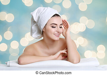 giovane, terme, donna, toccante, lei, faccia, secondo, trattamento bellezza