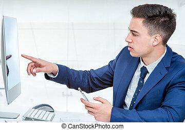 giovane, uomo affari, indicando, vuoto, computer, screen.