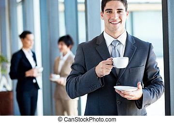 giovane, uomo affari, mangiare caffè, rottura