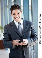 giovane, uomo affari, usando, far male, telefono