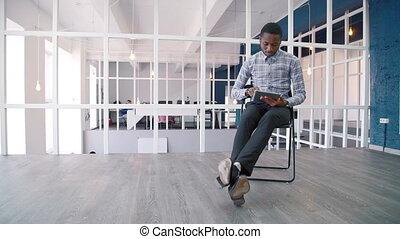 giovane, uomo affari, usi, tavoletta, mentre, seduta, in, condurre, company.