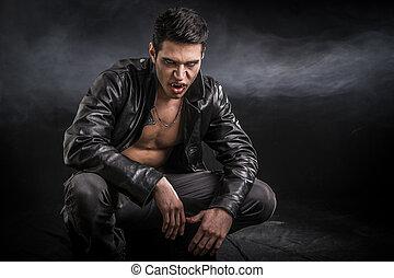 giovane, vampiro, uomo, in, un, aperto, rivestimento cuoio nero