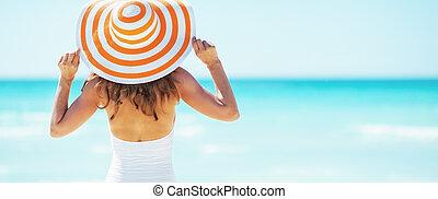 giovane, vista, standing, retro, cappello, spiaggia., donna