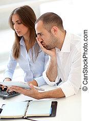 giovani adulti, in, addestramento, corso, usando, touchpad