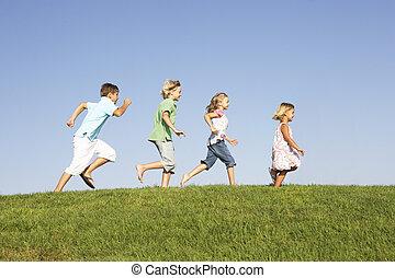 giovani bambini, correndo, attraverso, campo
