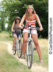 giovani donne, biciclette passeggiare, campagna