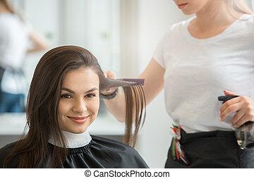 giovani donne, seduta, in, bellezza, salone capelli, stile