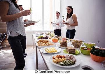 giovani persone, cibo mangia, a, festa