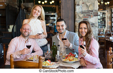 giovani persone, godere, cibo, a, taverna