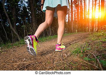 gioventù, sportivo, donna camminando, in, il, legnhe
