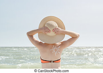 girl, à, mains tête, peint, soleil, sur, back., mer, dans, les, fond