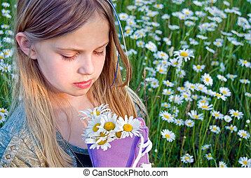 girl, à, pâquerette, bouquet